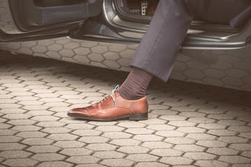Geschäftsmann steigt aus Auto