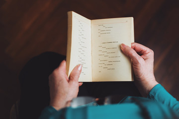 Αποτέλεσμα εικόνας για oldwoman  reading a book