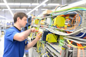 Montage von Elektronik in einer Fabrik für Maschinenbau in der Industrie