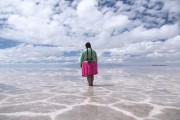 Bolivian woman on the Uyuni Saline (Salar de Uyuni), Aitiplano, Bolivia