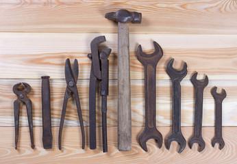 Слесарные ручные инструменты для ремонта на деревянном фоне