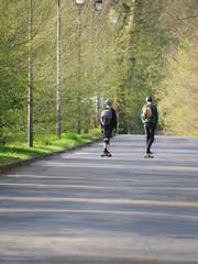Deux jeunes skaters sur la rue