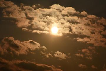 雲から透けて見える夕暮れの太陽「空想の世界・空に浮かぶ無数のモンスター」