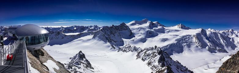 Panorama Skigebiet Pitztaler Gletscher bei wolkenlosem, strahlendblauen Himmel