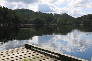 Ponton en bois sur un lac de Norvège