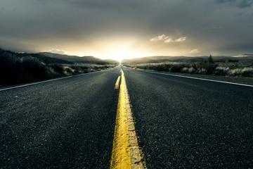 Einsame Landstraße bei Sonnenuntergang