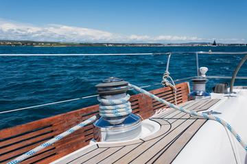Eine Winsch am Segelboot