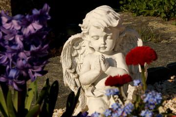 Cemetery, Friedhof im Frühling, Engel zwischen frühlingshafter Grabgestaltung