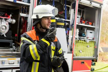 Feuerwehrmann am Funkgerät