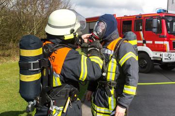Feuerwehrmänner bereiten sich auf Einsatz vor