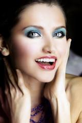 Sorriso di una modella con trucco coloratissimo e labbra glossy per un perfetto Glamour MakeUp