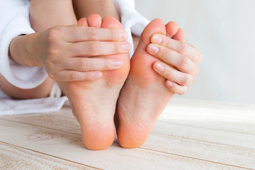 足指を触る女性