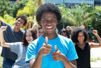 Jugendliche freuen sich auf Ferien