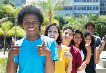 Erfolgreiche Jugendliche in einer Reihe