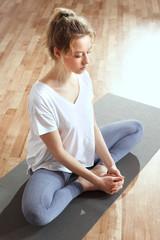 Medytacja wyciszenie umysłu. Medytująca kobieta trenuje jogę.