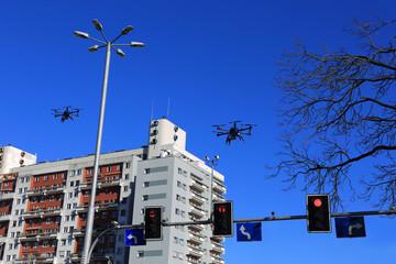 Dron w locie nad biurowcem we Wrocławiu, światła drogowe.