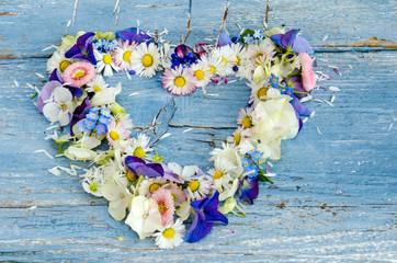 Romantik, Liebe, Sehnsucht: Herz aus Gänseblümchen, Hortensien, Stiefmütterchen und...