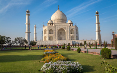 Fototapete - Historic Taj Mahal with a clear blue sky - A UNESCO World heritage site.