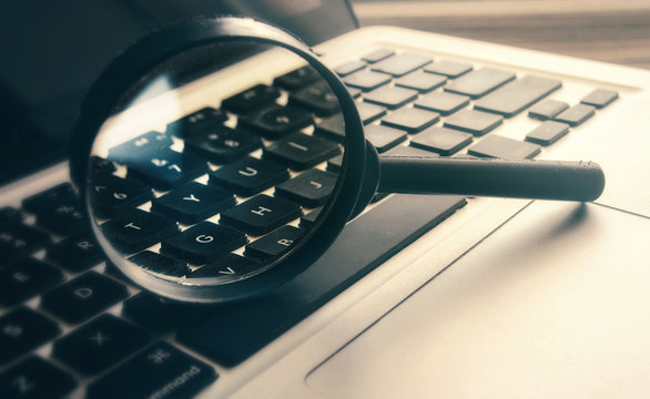The magnifying glass is installed vertically on the computer keypad.