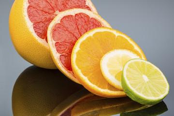 Wall Murals Slices of fruit Spiegelung einer Orange