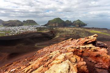 Blick auf Heimaey vom Vulkan Eldfell auf den Westmännerinseln, Island