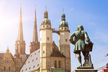 Das Händel-Denkmal und die Hausmannstürme in der Innenstadt von Halle an der Saale.