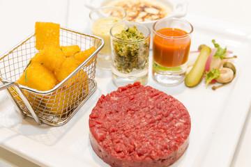 Tartare de boeuf Charolais, croustille de polenta, légumes pickles et Verrine de Sabayon aux fruits de saison