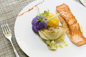Dos de saumon et ses petits légumes de saisons