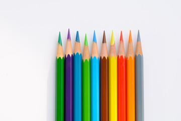 Farbstifte auf weissem Hintergrund