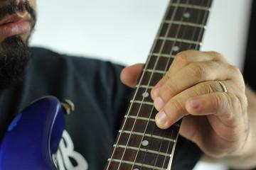 tocando acordes na guitarra