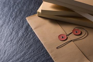 革の封筒と資料
