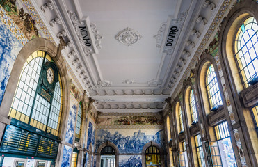 Photo sur Toile Gares Main hall of Sao Bento railway station in Porto city in Portugal