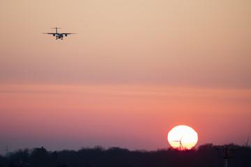 Sonnenuntergang mit Flugzeug am Himmel, Nordrhein-Westfalen, Deutschland