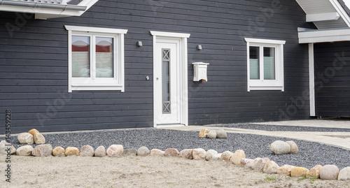 Favorit Weiße Haustür mit anthrazit farbener Fassade
