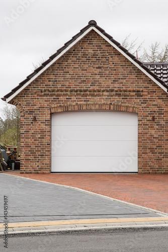 """Gemauerte Garage gemauerte garage mit weißem tor"""" stockfotos und lizenzfreie bilder"""