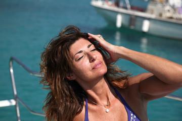 Donna bella prende il sole in barca