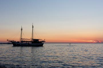 Sonnenuntergang am Meer mit Segelschiff