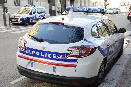 Voitures de police.