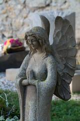 schmunzelnde engelsfigur