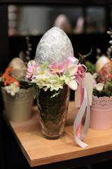 Jajko Wielkanocne w wieńcu i w wazonie.
