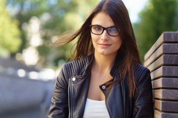 glückliche junge frau mit brille