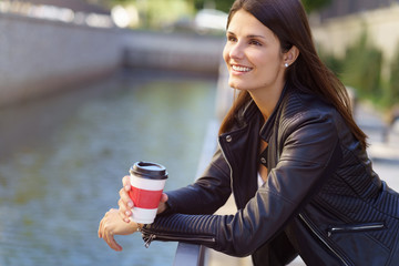 frau macht eine pause mit einem kaffee