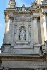 Statue de la façade de l'église Saint-Paul dans le Marais à Paris, France