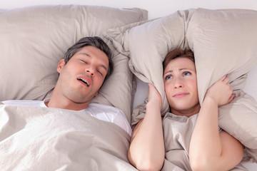frau kann wegen schnarchen nicht schlafen