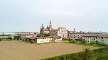 Vista aerea della Certosa di Pavia, costruita alla fine del XIV secolo,  campi e chiostro del monastero e santuario in provincia di Pavia, Lombardia, Italia