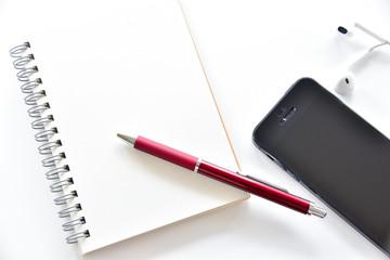デスクの文具イメージ スマホと筆記用具