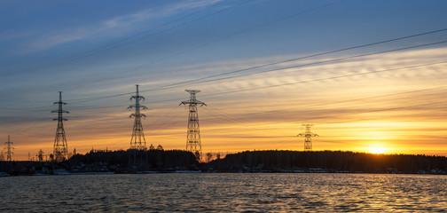 панорама линии электропередач на берегу водохранилища на закате дня, Энергия