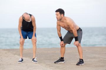 Rentner und Trainer muede nach Training