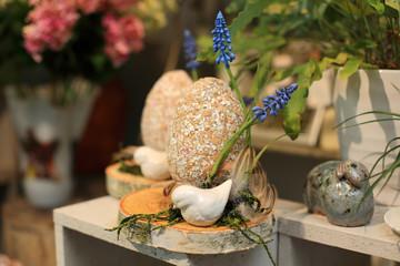 Durze oklejane jajko Wielkanocne, stroik, dekoracja w kwiaciarni.