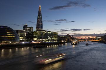 Boote fahren bei Sonnenuntergang auf der Themse, The Shard im Hintergrund, London